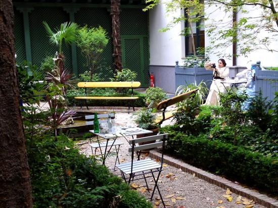 Damas tomando daguerrotipos en el Café del Jardín