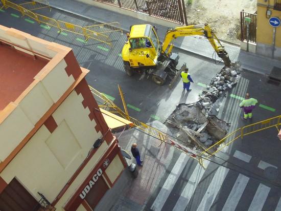 Vista de la calle vías desenterradas tranvía Madrid y entrada cocheras