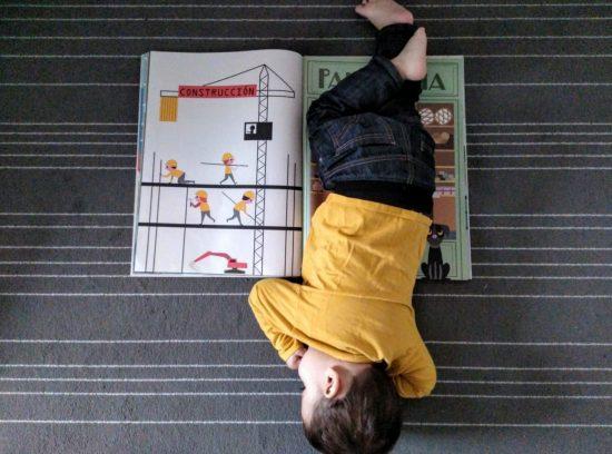 libro gigante la ciudad con niños tumbado encima