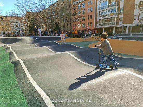 Circuito de Pump Track infantil de Galileo. Plan con niños en primavera en Chamberí